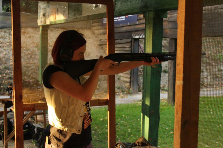 Kobieta na strzelnicy  -